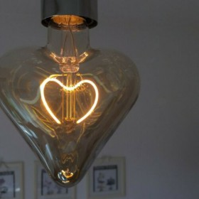LAMPADINA A LED 5W DIMERABILE A FORMA DI CUORE FUME ATTACCO E27 VINTAGE